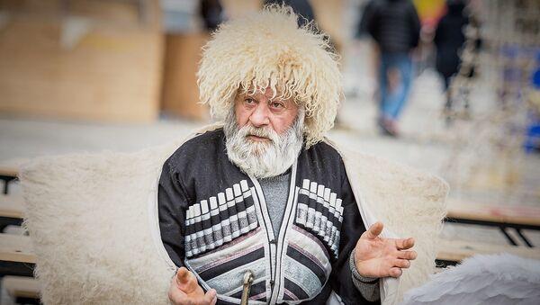 Пожилой житель Грузии на Рождественском шествим Алило - Sputnik Грузия