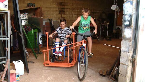 Кузнец из Аргентины смастерил велосипед с инвалидной коляской - Sputnik Грузия