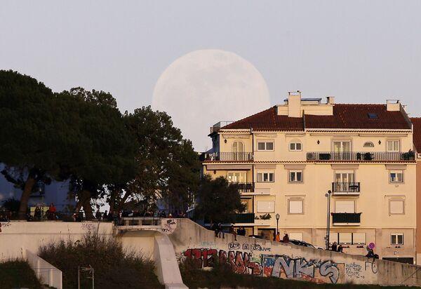 Люди смотрят с вершины холма на суперлуние в Лиссабоне  - Sputnik Грузия
