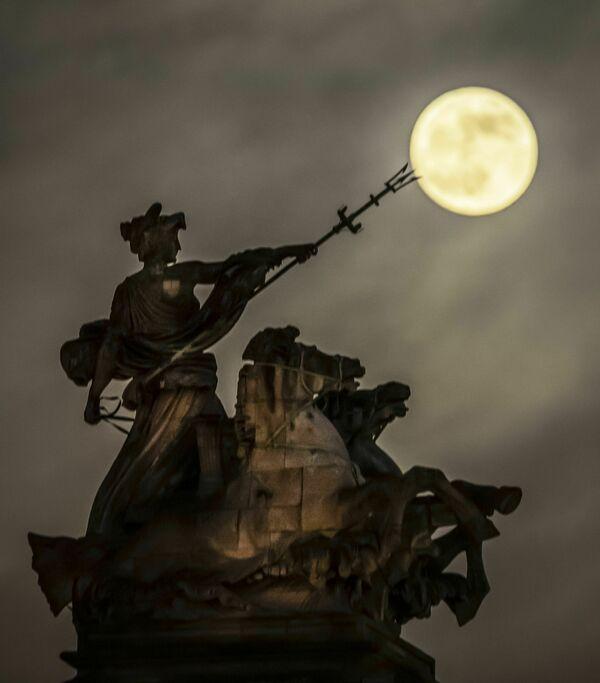 Полная луна освещает скульптуру Морская доблесть в Англии - Sputnik Грузия