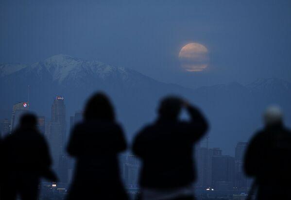 Жители Лос-Анджелеса наблюдают за суперлунием - Sputnik Грузия