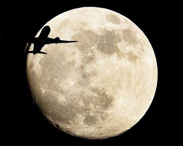 Самолет пролетает на фоне луны в Германии  - Sputnik Грузия