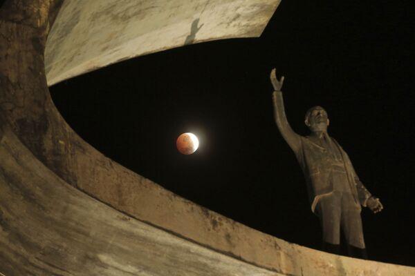 Лунное затмение над мемориалом Кубичека в Бразилии - Sputnik Грузия
