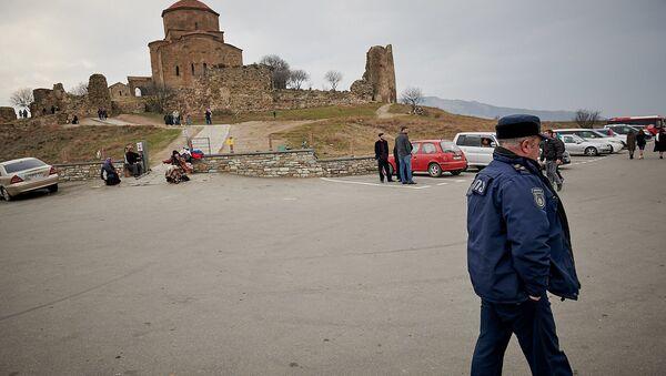 Сотрудник полиции у монастыря Джвари - Sputnik Грузия