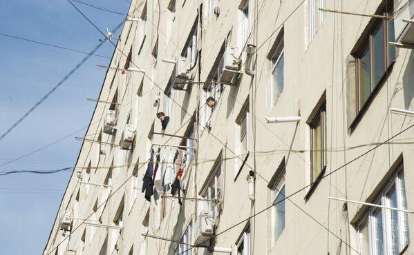 В жилых домах Тбилиси уже многие годы нет центрального отопления. Население само решает эту проблему, устанавливая различные газовые отопительные приборы - Sputnik Грузия