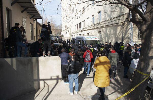 Множество журналистов и просто прохожих скопились у дома, где произошла трагедия - Sputnik Грузия