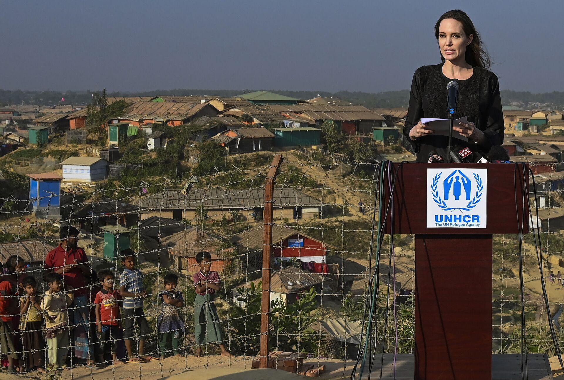 Актриса и посланник ООН по делам беженцев Анджелина Джоли во время визита в Бангладеш - Sputnik Грузия, 1920, 24.08.2021