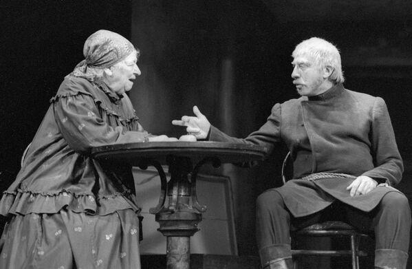С 1979 года Сергей Юрский начал работать в театре имени Мососовета. Он работал не только как актер, но и как режиссер. Юрский поставил ряд спектаклей, среди которых Правда – хорошо, а счастье - лучше - Sputnik Грузия