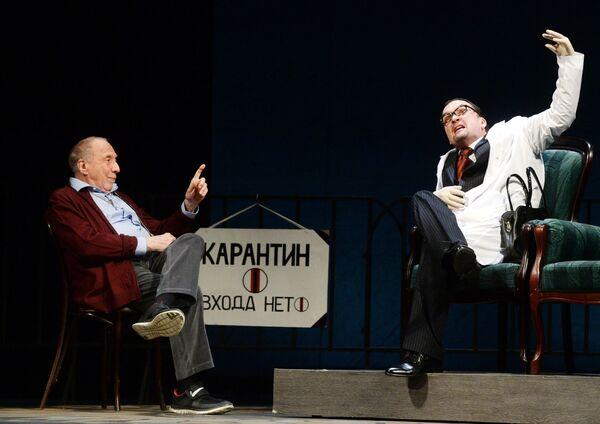 Юрский говорил, что ненавидит комфорт - он вредит искусству. Диссидент по духу, он всю свою жизнь играл и ставил спектакли без оглядки на конъюнктуру. Сцене артист посвятил 60 лет   - Sputnik Грузия