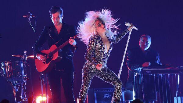 Леди Гага и Марк Ронсон исполняют песню Shallow на 61-й церемонии Грэмми - Sputnik Грузия