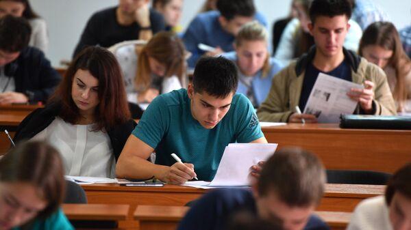 Студенты на лекции - Sputnik Грузия