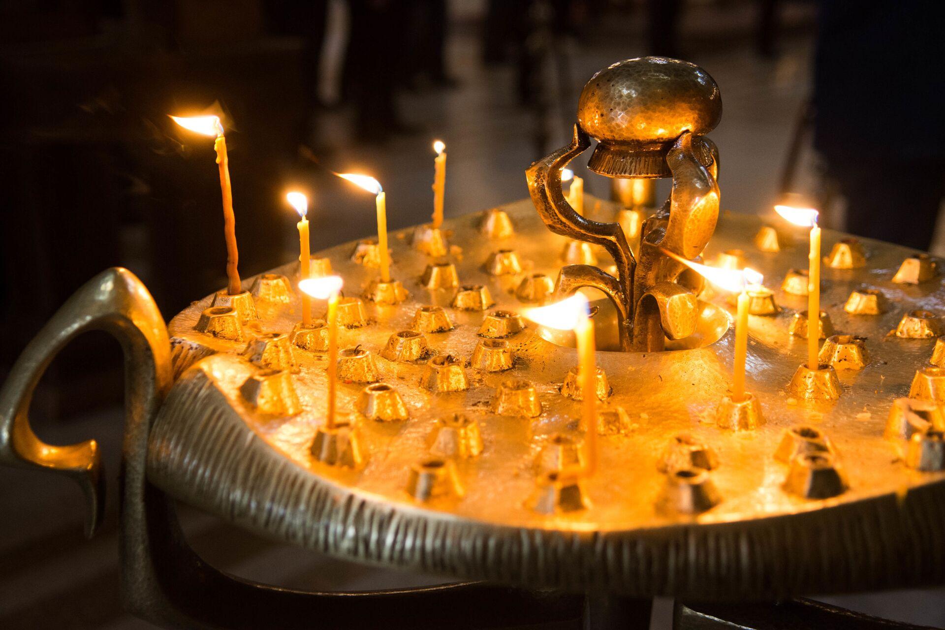 Горящие свечи в храме Святой Троицы - Самеба - Sputnik Грузия, 1920, 30.09.2021