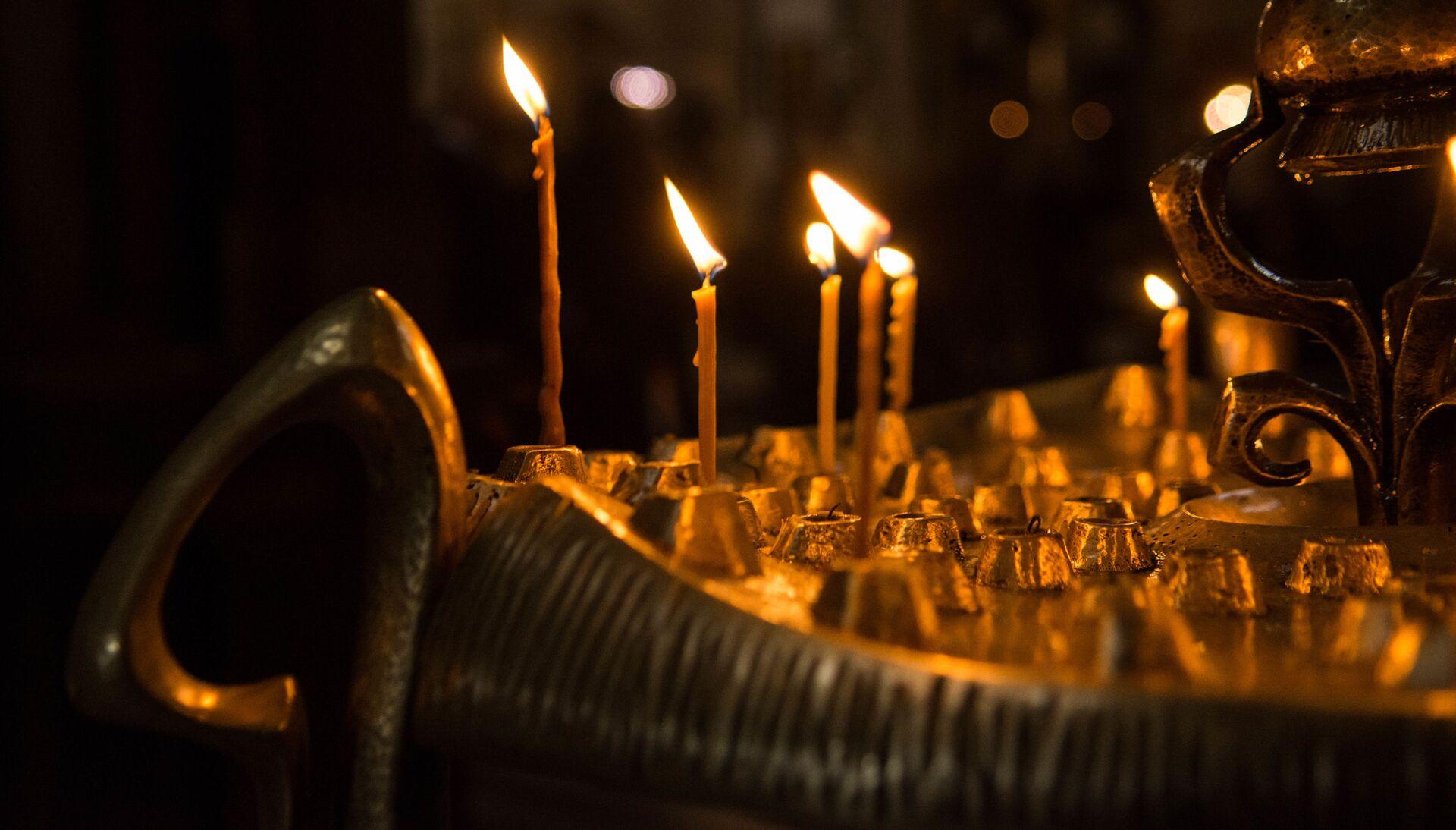 Горящие свечи в храме Святой Троицы - Самеба - Sputnik Грузия, 1920, 13.10.2021