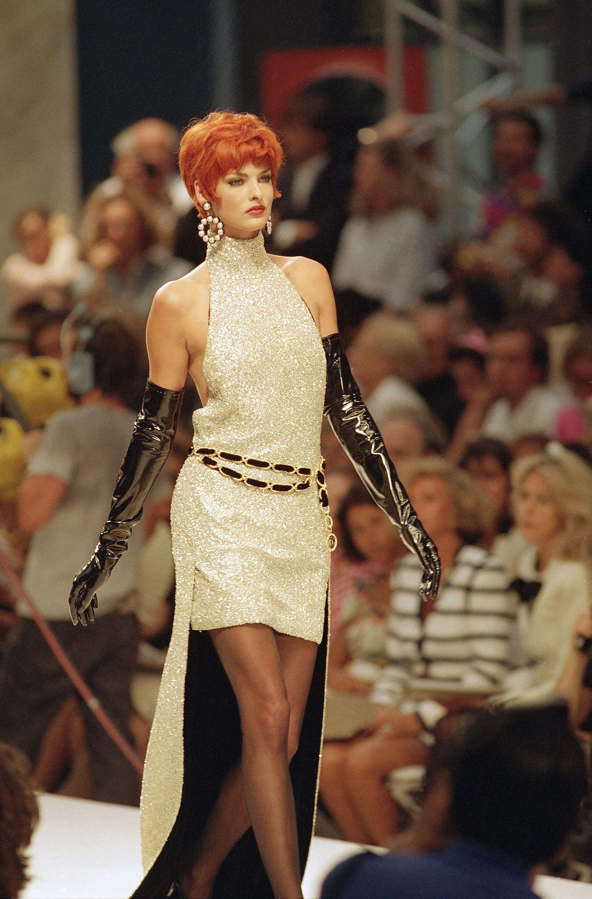 Модель Линда Евангелиста представляет коллекцию немецкого дизайнера Карла Лагерфельда для модного дома Chanel в Париже, 1991 год - Sputnik Грузия, 1920, 24.09.2021