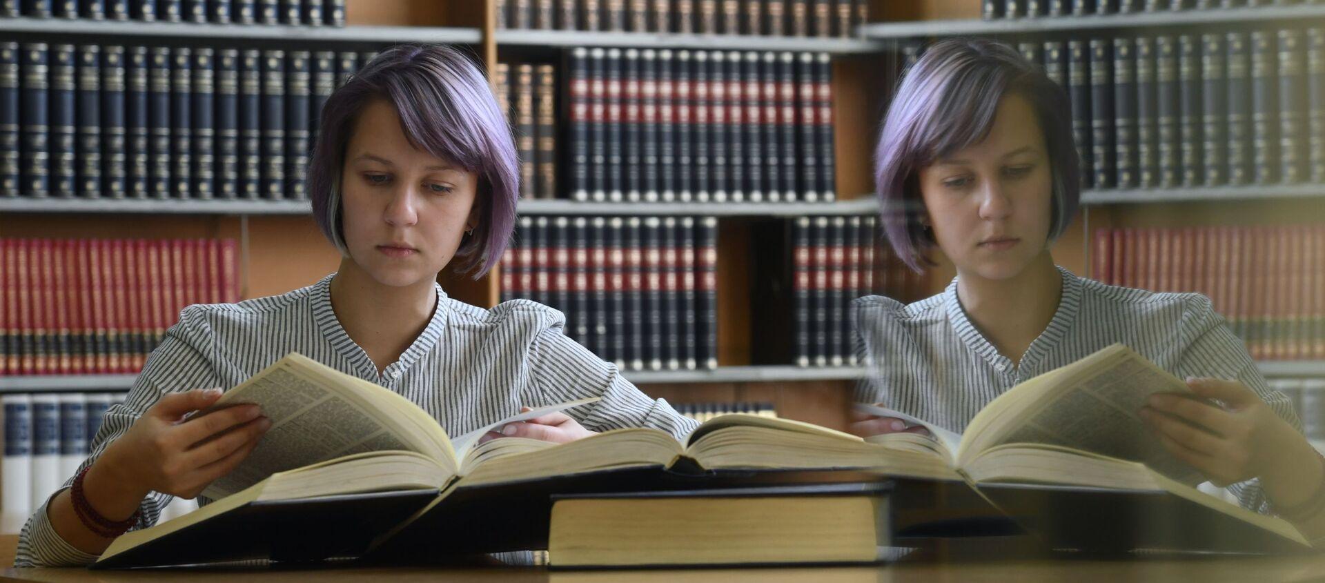 Девушка читает книгу в  библиотеке  - Sputnik Грузия, 1920, 09.03.2021