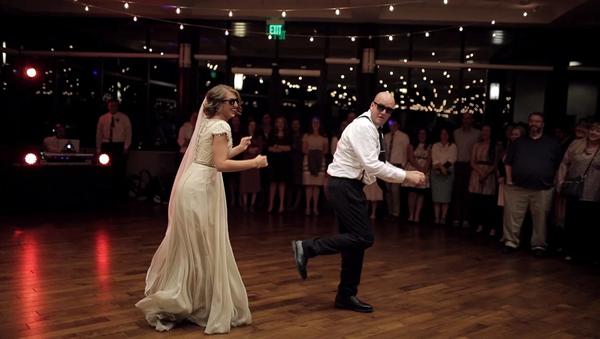 Отец невесты дал жару на свадьбе дочери – видео взрывного семейного танца - Sputnik Грузия