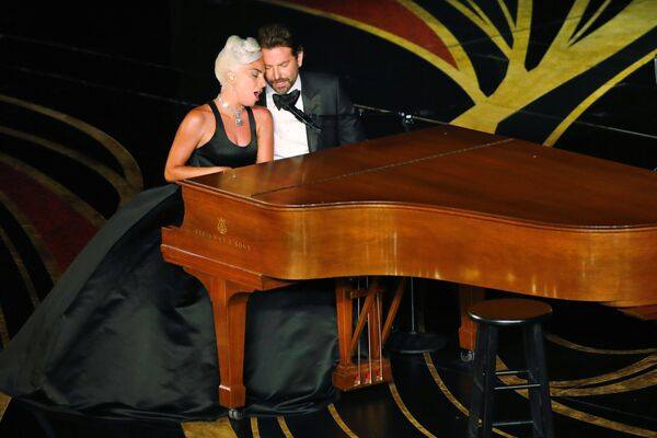 Главные актеры фильма Звезда родилась  Леди Гага и Брэдли Купер исполнили совместную песню Shallow, которая стала хитом во всем мире - Sputnik Грузия