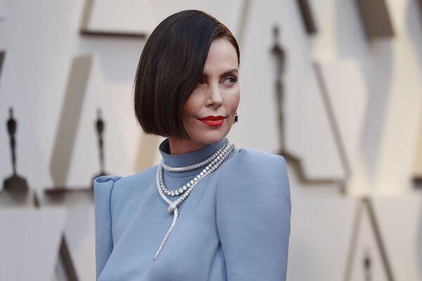 Настоящий фурор произвела Шарлиз Терон в Dior Couture: актриса продемонстрировала новый цвет волос, который ей очень к лицу - Sputnik Грузия