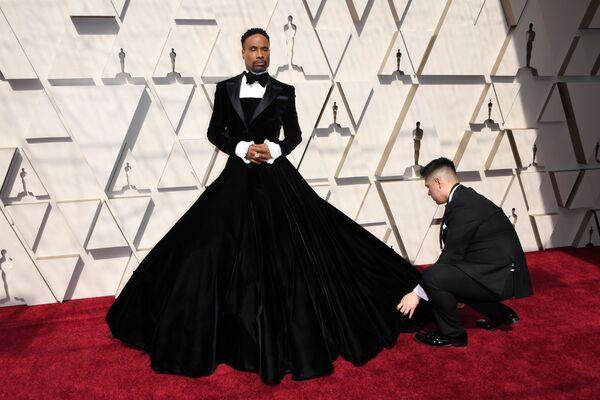 Безусловно самым обсуждаемым нарядом красной дорожки стал смокинг с пышным бархатным платьем актера и певца Билли Портера - Sputnik Грузия