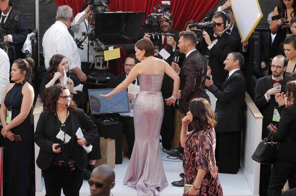 Эмилия Кларк в нежно-лиловом платье от Balmain. Наряд актрисы выглядел легким из-за симметричного кроя, драпировки и шиммера - Sputnik Грузия