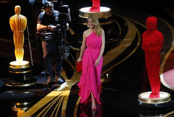 Актриса Джулия Робертс на церемонии вручения Оскар-2019 выглядела сногсшибательно в легком вечернем платье ярко розового цвета - Sputnik Грузия