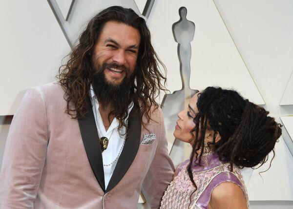 Актер Джейсон Момоа с женой выбрали наряды в тон друг другу, пара выглядела очень гармонично - Sputnik Грузия