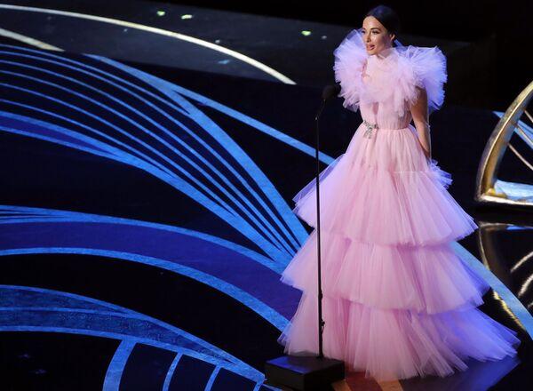 Кейси Масгрейв кажется сказочной принцессой в воздушном платье из розового тюля из кутюрной коллекции Giambattista Valli. Пышные оборки на плечах выглядят совсем невесомыми, а талию девушки подчеркивает небольшой кокетливый бантик серебристого цвета - Sputnik Грузия