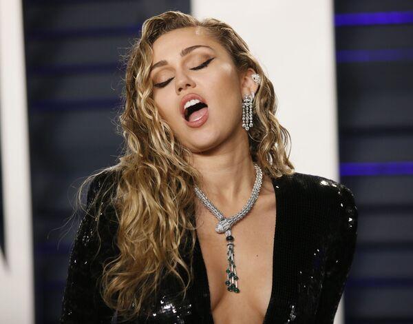 Певица Майли Сайрус на афтепати Vanity Fair церемонии вручения Оскар-2019 в платье с глубоким декольте выглядела изысканно - Sputnik Грузия