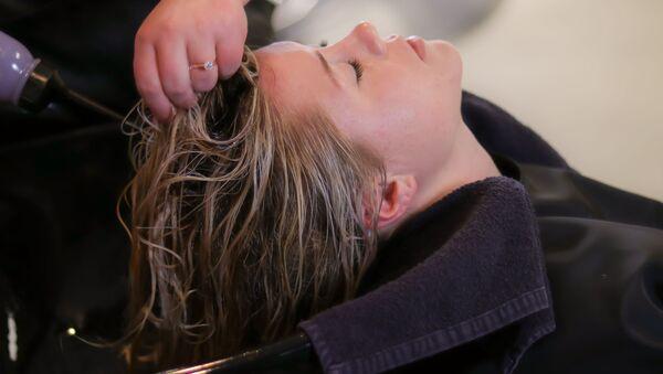 Женщине стригут волосы - Sputnik Грузия