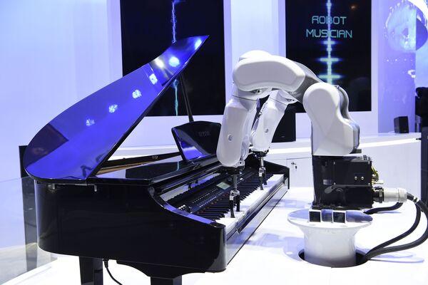 Робот-музыкант ZTE играет на пианино на ежегодной выставке мобильных технологий Mobile World Congress 2019 в Барселоне - Sputnik Грузия