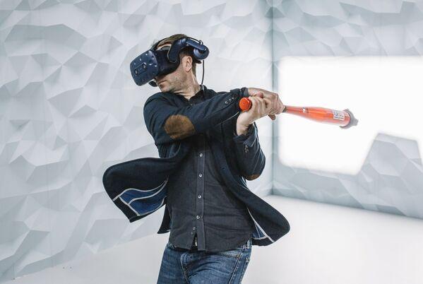 Посетители выставки могут лично ознакомиться с потенциалом новинок и развлечься на интерактивных стендах, где представлена различная продукция - Sputnik Грузия