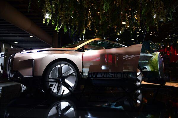 Автомобиль BMW Vision iNEXT на ежегодной выставке мобильных технологий Mobile World Congress 2019 в Барселоне - Sputnik Грузия