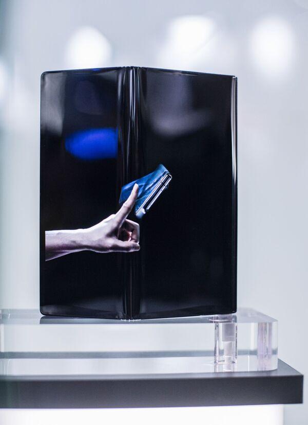 Складной смартфон Huawei Mate X на ежегодной выставке мобильных технологий Mobile World Congress 2019 в Барселоне - Sputnik Грузия