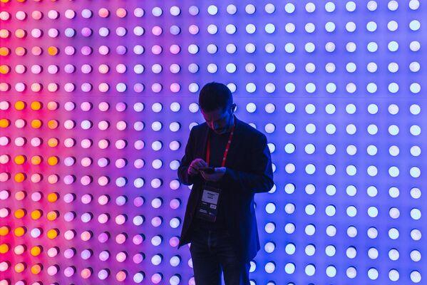 Для многих побывавших на выставке это возможность взглянуть на будущее мобильных устройств - Sputnik Грузия
