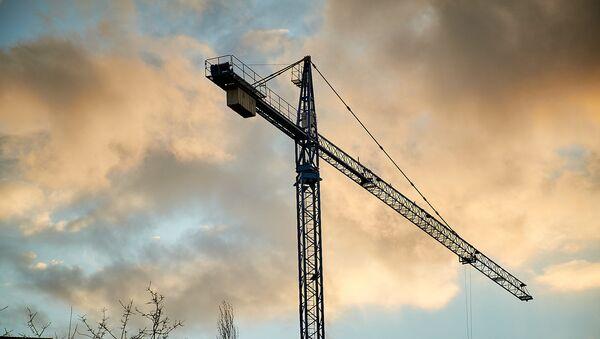 Подъемный кран. Строительство нового жилого дома в столице Грузии - Sputnik Грузия
