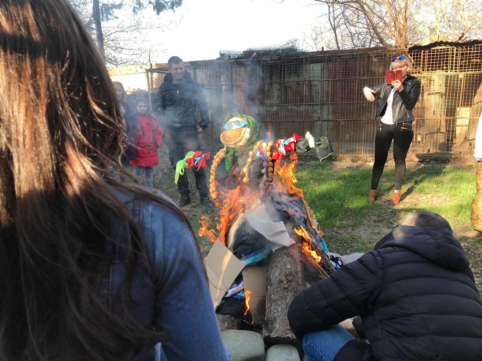 Почему на Масленицу пекут блины и сжигают чучело? Традиции праздника - Sputnik Грузия, 1920, 05.03.2021