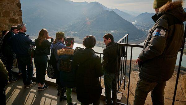 Туристы в горах Грузии осматривают регион Мцхета Мтианети - Sputnik Грузия