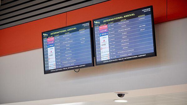 Табло с расписанием международных авиарейсов. Тбилисский аэропорт - терминал прибытия - Sputnik Грузия