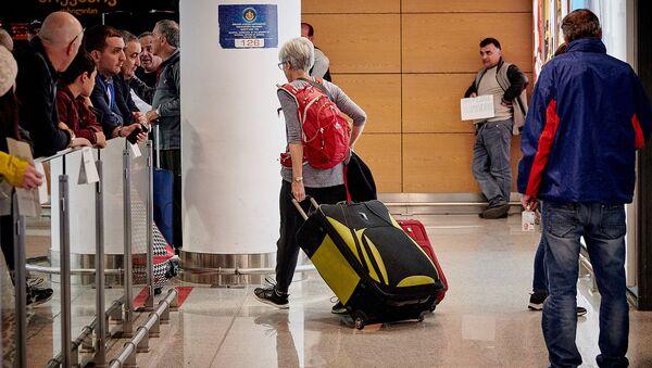 Туристы с чемоданами в тбилисском аэропорту - Sputnik Грузия