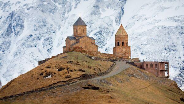 Храм Гергети в Казбеги на фоне гор - Sputnik Грузия
