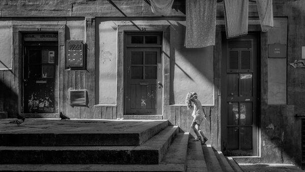 გოგონა სახლის კიბეებზე  - Sputnik საქართველო
