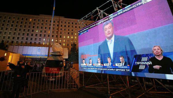 Лидирует кандидат Владимир Зеленский, на втором месте - действующий президент Петр Порошенко - Sputnik Грузия