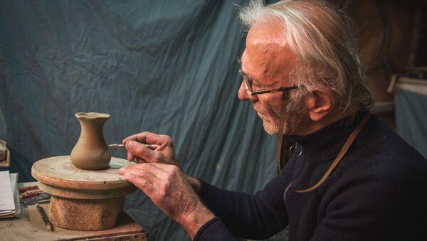 Народные ремесла. Как грузинские мастера делают изделия из глины - Sputnik Грузия