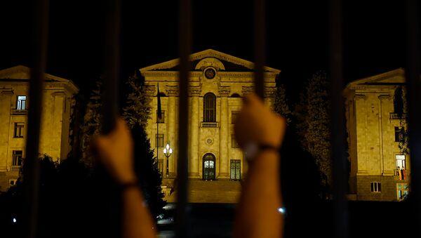 Граждане на проспекте Баграмяна, перед зданием Парламента Армении (2 октября 2018). Еревaн - Sputnik Грузия
