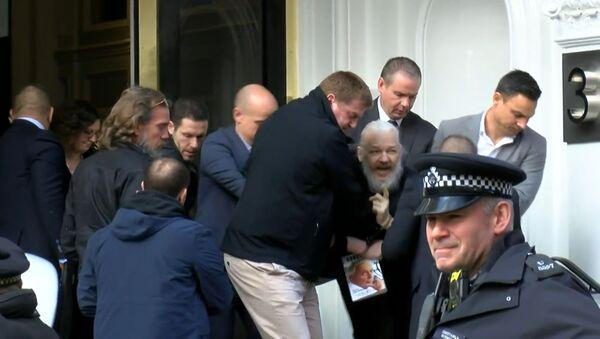 Как Джулиана Ассанжа арестовали у посольства Эквадора в Лондоне - Sputnik Грузия
