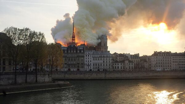 Пожар в соборе Нотр-дам в Париже - Sputnik Грузия