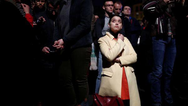 Французы в Париже молятся за спасение собора. Пожар в Нотр-дам - Sputnik Грузия