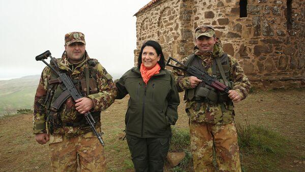 Президент Грузии Саломе Зурабишвили навестила пограничников на границе Грузии с Азербайджаном - Sputnik Грузия