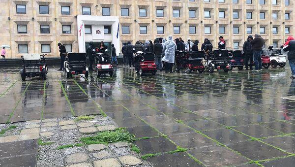 Акция протеста владельцев электроавтомобилей у здания администрации правительства Грузии - Sputnik Грузия