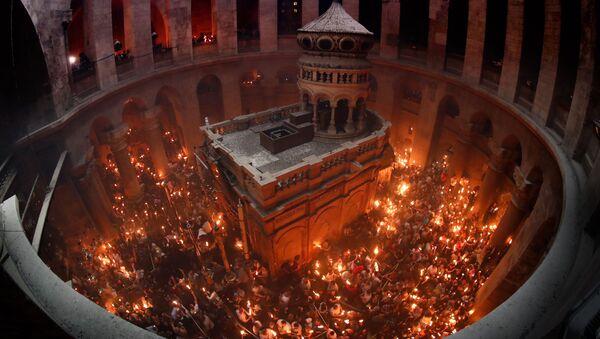 Схождение Благодатного огня в Храме Гроба Господня в Иерусалиме - Sputnik Грузия